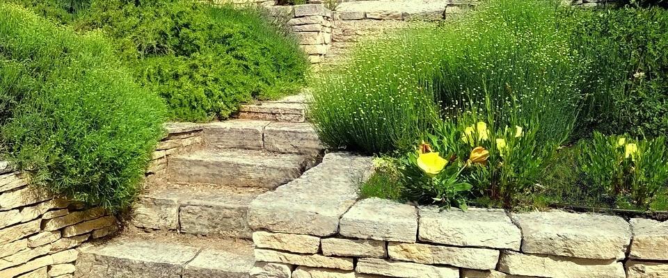Mur en pierre seche pour création terrasse